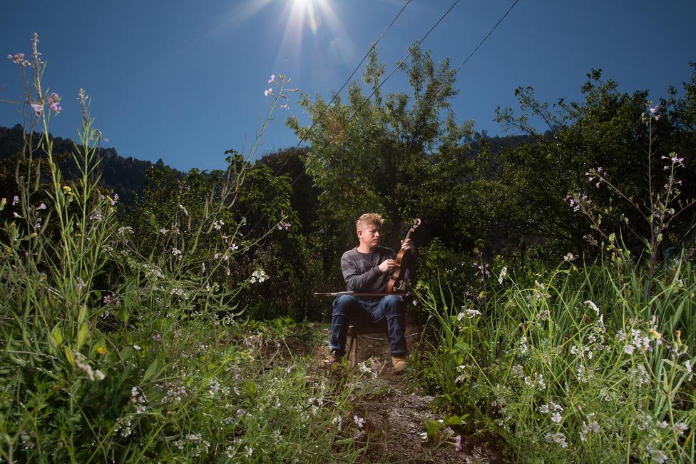 A természet és a hegyek szeretete mellett a zene is különösen fontos a család életében. Modesto ezen a képen épp a hegedűjét hangolja.