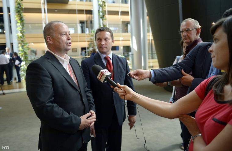 Szanyi Tibor (b) és Ujhelyi István MSZP-s európai parlamenti (EP-) képviselők nyilatkoznak az EP tisztújító ülése után Strasbourgban 2014. július 15-én.