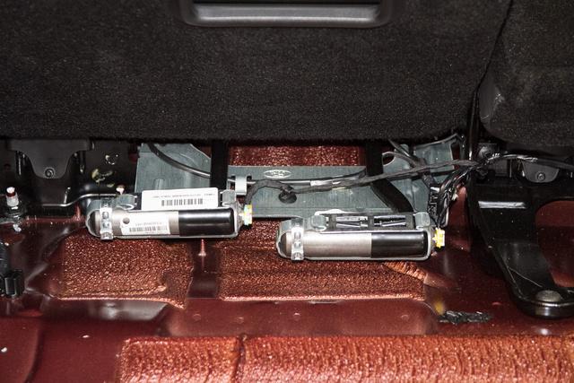 A hátsó ülés alatt-mögött vannak a robbanópatronok, amelyek csövön át fújják fel az övlégzsákot