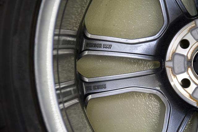 Novembertől minden új autónál kötelező a keréknyomás-figyelő rendszer