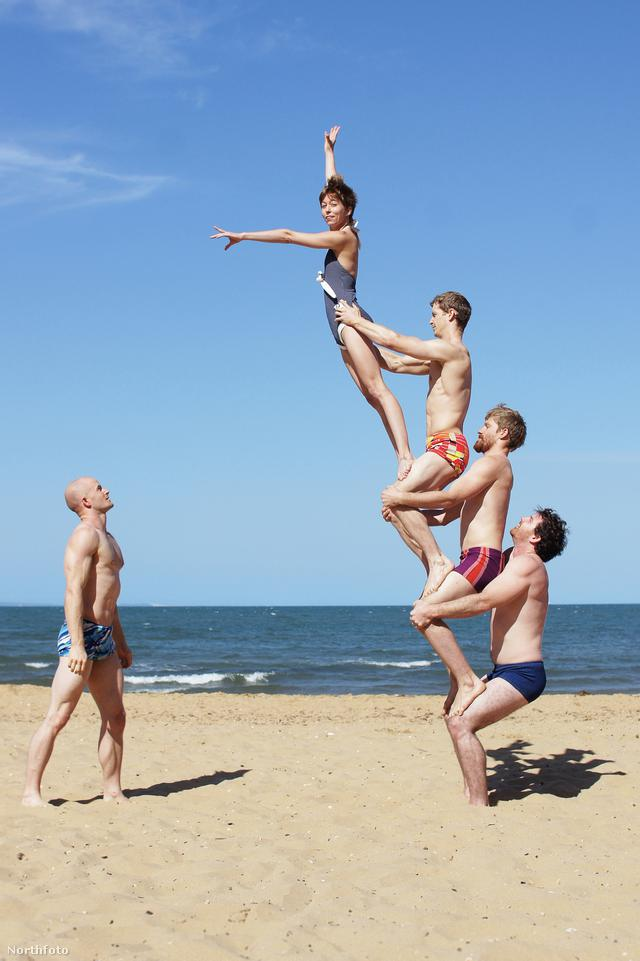 Erős fiúk ódivatú akrobatapózokban – lányokkal