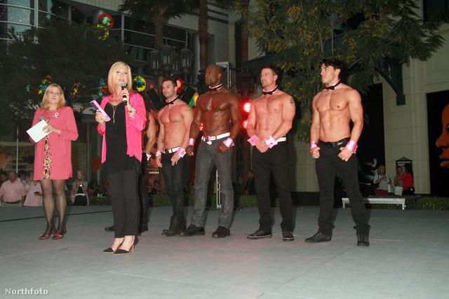 Olivia Newton-John ünnepélyesen felkapcsolja a High Roller nevű óriáskerék új, rózsaszín díszkivilágítását egy mellrákellenes kampány részeként – valamiért mögéállt pár chippendale-es