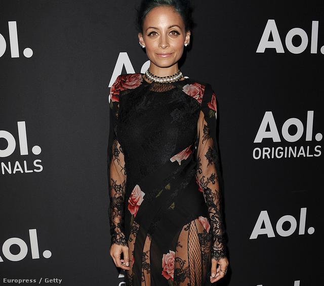 Nicole Richie Hollywoodban egy partin, amit az AOL cég abból az alkalomból rendezett, hogy ősz van