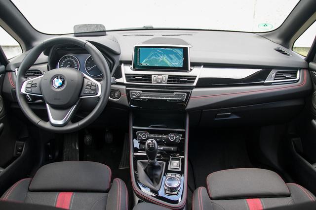 A lyuk a rádió és a klímapanel között árulkodik, hogy ez a szokásosnál kicsit magasabb autó