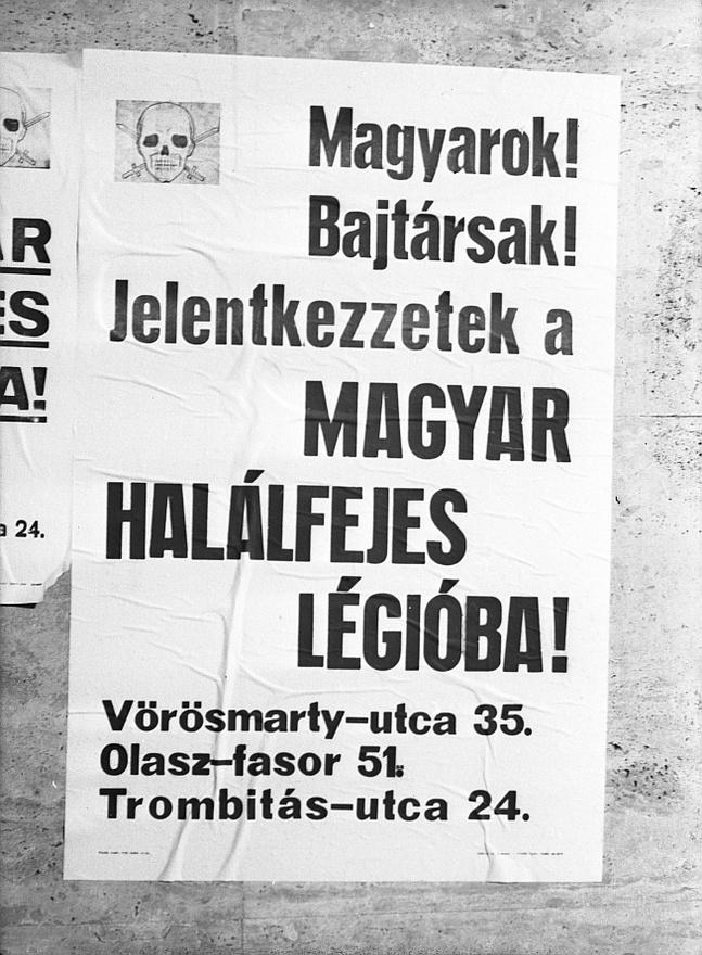 """1944 szentestéjére bezárolt a szovjet gyűrű Budapest körül, a nyilasok pedig asszisztáltak a magyar főváros elpusztításához. Budapestet a németek Szálasi beleegyezésével """"erődnek"""" nyilvánították: Hitler az okozott pusztítással tudatosan nem törődve elrendelte a főváros háztól-házig való védelmét. A kegyetlen harcok idején azonban a nyilas vezetés már nem volt a városban, a minisztériumokat az osztrák határ mellé, Sopronba, Kőszegre, Szombathelyre költöztették, Szálasi december 11-én hagyta el a nyilas ideológiában bűnösnek tartott Budapestet."""