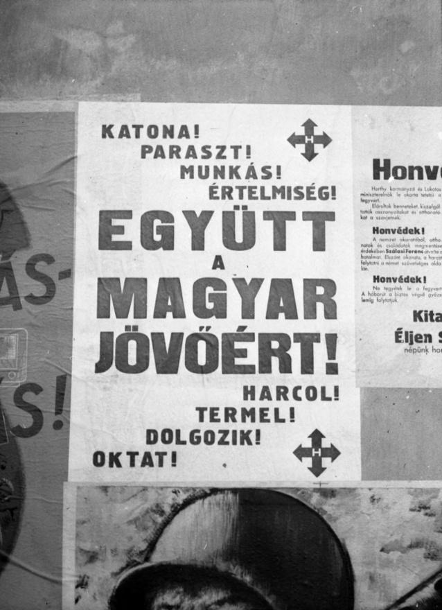 """A paranoid, egyúttal messiási szerepben tetszelgő Szálasi nagy ideológusnak és szociológusnak hitte magát. Meggyőződése volt, hogy az ő küldetése a különböző társadalmi csoportok harmóniájának, a nyilaskeresztes mítoszgyártás """"Hungária Egyesült Földjeinek"""" megalkotása, a Kárpát-medencei """"Ősföld"""" újrateremtése. Bizarr szóalkotásaival '44 előtt a kabarészerzőknek ugyan kiváló céltáblát adott, uralomra jutva erre a fantáziavilágra építette cselekvési tervét."""