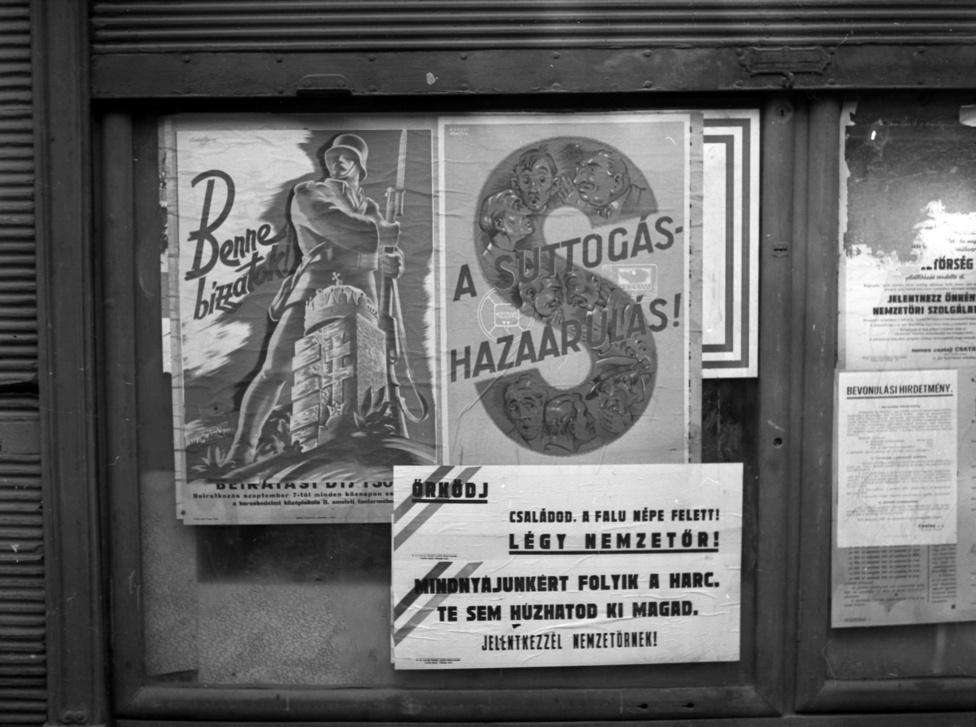 Hatalomra jutásuk után a nyilasok rögtön komoly propagandába kezdtek. Új lapokat jelentettek meg, ellenőrzésük alá vonták a még működő többi újságot, a filmhíradó és az utcákon is sugárzott rádióadás ugyanúgy a nyilas ideológiát osztotta, mint az utcákat járó hangszórós autók és a kiragasztott plakátok. Hamis hangulatjelentésekkel talán magukkal is el akarták hitetni, hogy a háborús szenvedéseket ekkor már testközelből ismerő magyarok nagy lelkesedéssel fogadják a hungarista szólamokat, azonosulnak vezérükkel és nagy számban csatlakoznak a fegyveres alakulatokhoz.