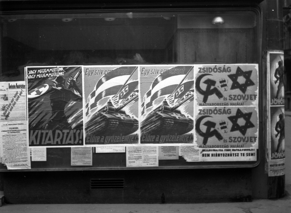 A nyilas rezsim alatt körülbelül 50 000 zsidót deportáltak és 30-40 000-et gyilkoltak meg. Ez jóval kevesebb áldozat, mint amennyivel a teljes vidéki zsidóság '44 tavaszi-nyári deportálása járt, de a budapesti zsidóság a legtöbb borzalmat Szálasiék uralma alatt szenvedte el. Naponta több ezer munkaszolgálatost hajtottak nyugat felé erőltetett menetben, a halálmenetekben vonuló egyik század tagjaként halt meg Radnóti is. A deportálásokat végül azért állították le a németek akarata ellenére, mert sajnálták a hasznos munkaerő külföldre adását.