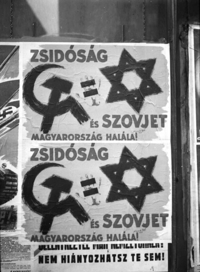 """A zsidókat a nyilasok a propagandájukban azonosították a rettegett kommunistákkal, ezt a paranoid gondolatot Szálasi valószínűleg maga is elhitte. Komolyan bízott abban a teljesen irreális forgatókönyvben, hogy a budapesti zsidók esetleges kiadásáért cserébe a szovjetek magyar hadifoglyokkal fizetnének. A zsidókat ezért elsősorban túsznak tekintette, ez volt az egyik oka annak, hogy nem akarta őket kiadni a németeknek. A Veesenmayerrel való alkudozás után végül 25 ezer pesti zsidót engedett át a németeknek munkaszolgálatra """"fél éves kölcsönre"""". Azért sem szívesen tette ezt, mert a zsidókérdésről viszonylag pragmatikusan gondolkodott: a deportálás előtt itthoni munkaszolgálatra és az ország újjáépítésére akarta használni a magyar nemzettesttől egyébként idegennek tartott """"zsidó fajt""""."""