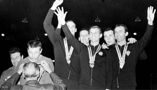 Az aranyérmes magyar párbajtőr csapat tagjai Bárány Árpád Gábor Tamás Kausz István dr. Nemere Zoltán és Kulcsár Győző (b-j) integetnek a győzelmi emelvényen a XVIII. nyári olimpián.