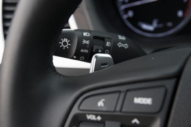 A váltóflepni sajnos műanyag, pedig maga a Hyundai-tervezte nyolcgangos olyan, mint az álom: gyors és észrevehetetlenül kapcsol