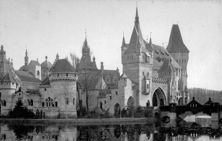 Történelmi épületegyüttes a Városligetben, 1900-ban. Ez volt a mai Vajdahunyad várának elődje, zömmel még fából építve
