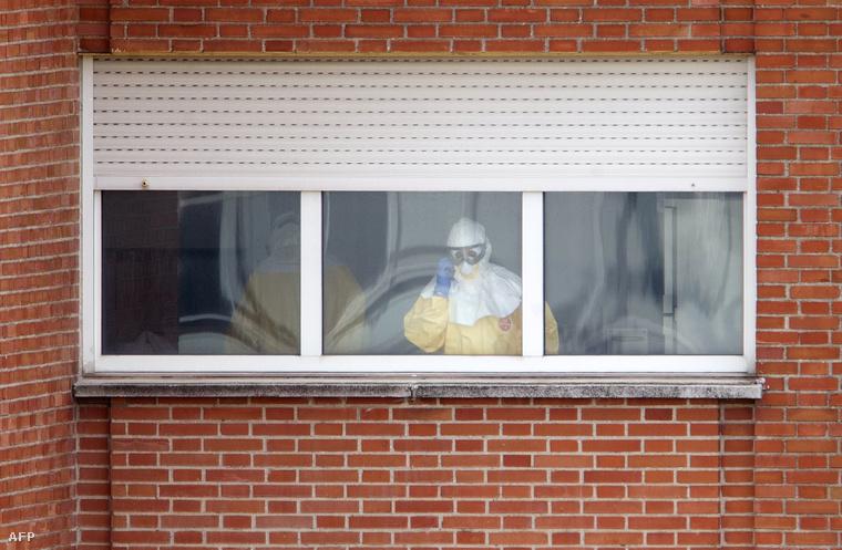 Az ebolás beteget kezelő egyik orvos a spanyol kórház ablakában
