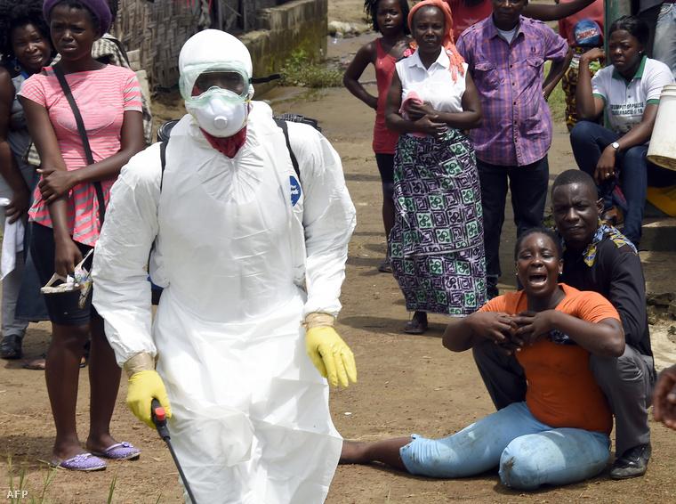 Ebolában meghalt férjét gyászolja egy nő Monróviában