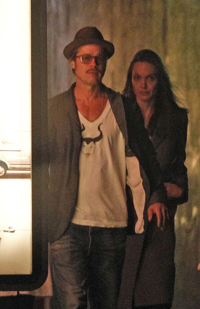 Kicsit most minden nő megkönnyebbülhetett, egy hosszú, fárasztó repülőút után Angelina Jolie is pont ugyanolyan szarul néz ki, mint bármelyik halandó.