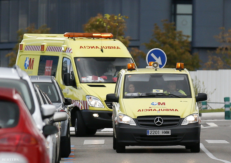 Mentőautók érkeznek egy ebolagyanús beteggel a madridi III. Károly kórházba, 2014. október 16-án.