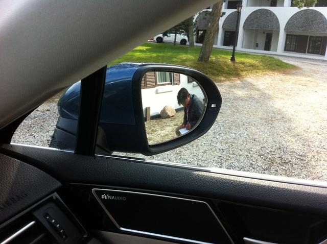 Alig álltam be a parkolóba, már guggol is mellettem a kém, és jegyzetel