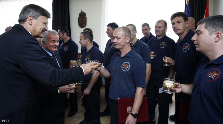 Demszky Gábor főpolgármester és Hajdu László, Újpalota polgármestere a Fővárosi Tűzoltó Parancsnokságon gratulál azoknak a tűzoltóknak akik részt vettek a Páskom parki paneltűz oltásában, 2007. június 14-én.