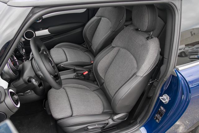 A BMW-nél végre elkezdtek érdekes anyagokat használni: ez például durva, érdes zsákszövet