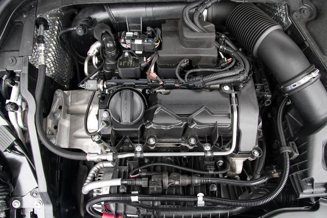 Fedél nélkül látni csak igazán, hogy milyen apró a motor