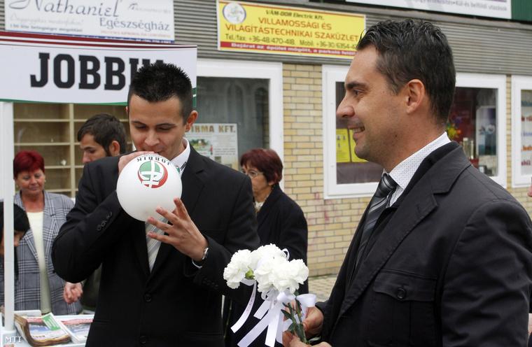 Vona Gábor a Jobbik elnöke és Janiczák Dávid a párt helyi polgármesterjelöltje kampányolnak Ózdon 2014. október 7-én.