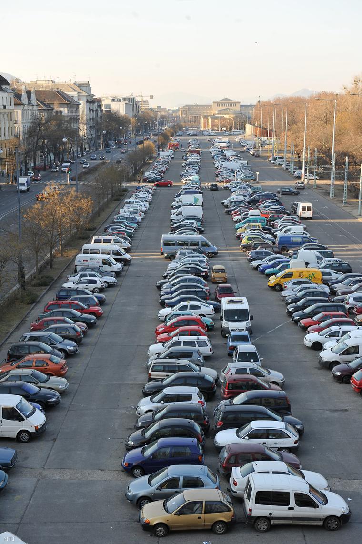 Parkoló autók a Dózsa György úton
