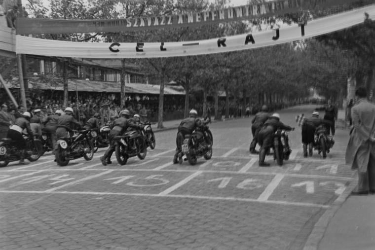 Nemzetközi gyorsasági motorverseny rajtja 1949 májusában.A helyszín a Kós Károly sétány (Külső Andrássy út)