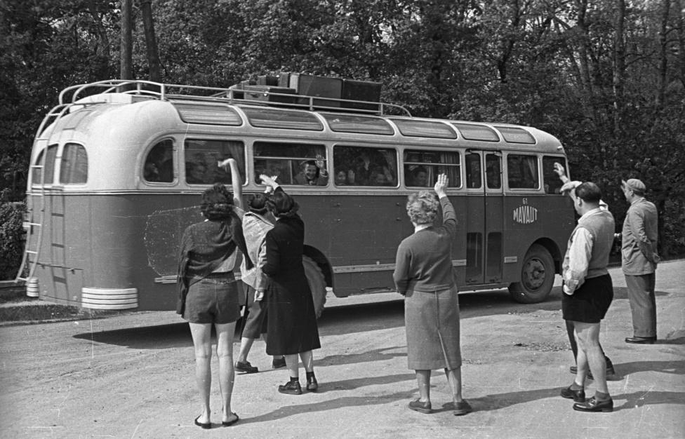 A MÁVAUT Ikarus 30-ásnak utasaitól búcsúzó rokonok, ismerősök valahol Sopronban vagy környékén, 1955. A MÁVAUT-ot (Magyar Államvasutak Közúti Gépkocsi Üzem) még 1935-ben alapították, akkoriban 224 vonalon közlekedtetett buszokat. A második világháború után a cég neve MÁVAUT Autóbuszközlekedési Nemzeti Vállalat lett.