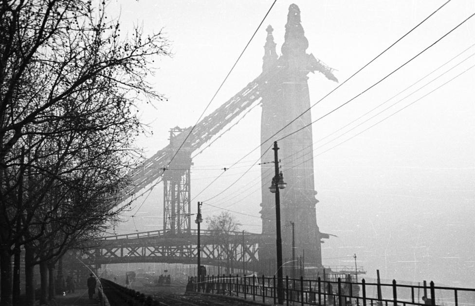 A felrobbantott Erzsébet híd torzója a reggeli ködben, 1955. Tíz év is eltelt már az Erzsébet híd felrobbantása óta, de a pillért a pesti oldalon csak nem bontották el. Az új helyzetre a budapesti villamosközlekedési vállalat is berendezkedett: a villamosok a Kossuth Lajos utca végén hurokvégállomást kaptak. Az Erzsébet híd végül az utolsó budapesti Duna-híd volt, amit helyreállítottak 1961 és 1964 között. Vonalvezetését megtartotta, pillérei a régi pillérekre emlékeztetnek. A villamost is felengedték a hídra, de csak 1972-ig, amikor a kettes metró miatt megszüntették, illetve rövidítették a hídon átmenő járatokat.