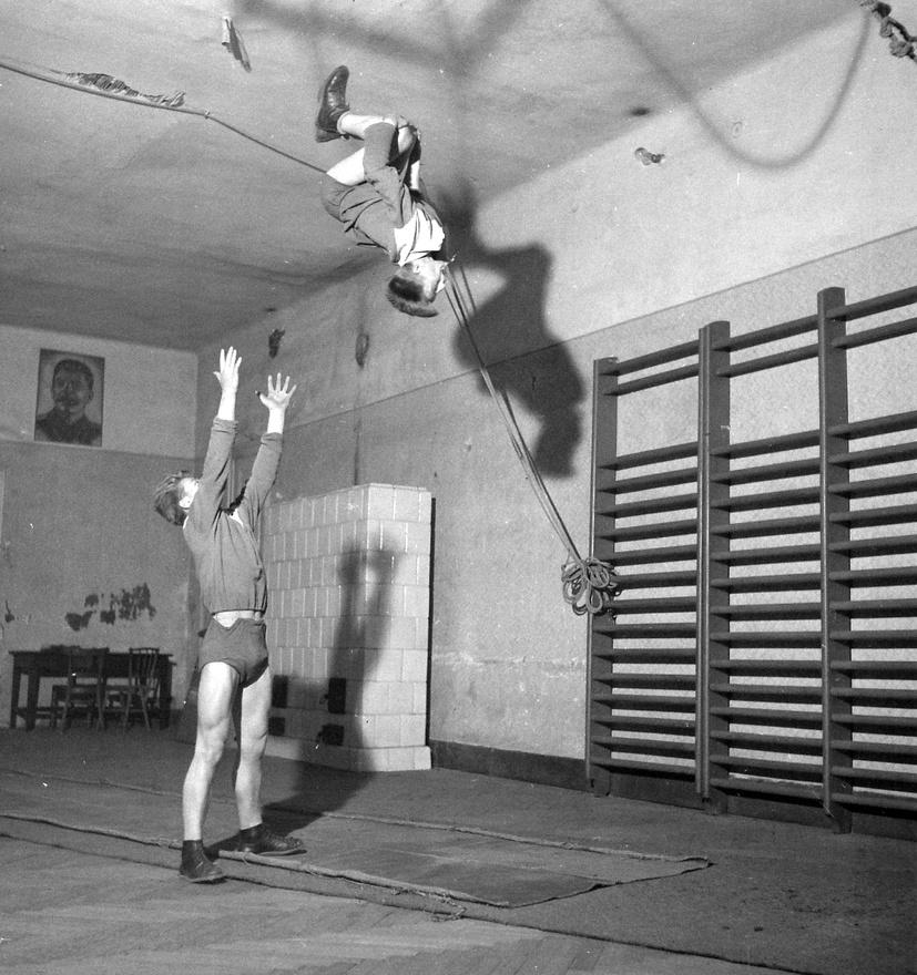 Állami Artistaképző Intézet, 1955. Öt éve működött már a Baross Imre alapította iskola Budapesten, az Arany János utca 34. alatt. Az első évfolyamon 15 növendék tanult a bérház első emeletén lévő tánciskola termeiben. Az intézet az Arany János utcából 1973-ban költözött mai helyére, a Városligeti fasorba.