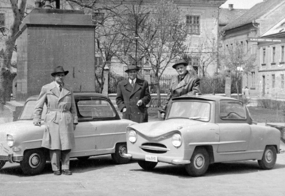 Az Alba Régia és a Balaton törpeautók Székesfehérváron a Szent István téren, 1956. A KGST-n belüli feladatmegosztás jegyében Magyarország nem gyárthatott személyautót. Azt viszont senki se tilthatta meg nekünk, hogy belevágjunk a törpeautó-bizniszbe, a személyautó és a motorkerékpár keresztezésébe. A második világháború után a Székesfehérvári Repülőgépjavító Vállalatból motorjavító lett, mivel az iparág hanyatlani kezdett. A Kohó- és Gépipari Minisztérium jelölte ki a vállalatot a törpeautó mintapéldányok gyártására. Itt készült az Alba Régia, a Balaton, az Isetta és az Úttörő. Ezeket a nagyközönség az 1956. május elsejei székesfehérvári felvonuláson csodálhatta meg. Sorozatgyártás végül nem kezdődött, a legjobban sikerült minta az 56-os harcok idején megsérült. 1957-ben még kiírtak egy törpeautó-pályázatot, ahová több száz pályamű érkezett, de a minisztérium végül eredménytelennek nyilvánította. A nyolcvanas években még két magyar törpeautó készült, de egyik sorozatgyártása se indult meg: az Ikarusban a Tecoplan Leót német, a hódmezővásárhelyi Hódgépben a Pulit francia piacra szánták.