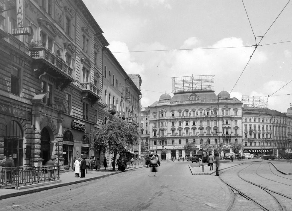 A budapesti Marx tér a Bajcsy-Zsilinszky út felől nézve, 1956. A Marx teret korábban Berlini térnek hívták, ma Nyugati tér. A szemközti ház tetején kivilágítható vörös csillag. A Bajcsy-Zsilinszky úton még villamos járt. Azután szedték fel a síneket, hogy átadták a hármas metró új szakaszát, az utolsó 47-49-es villamos 1980. június 15-én ment végig a Bajcsy-Zsilinszky úton.