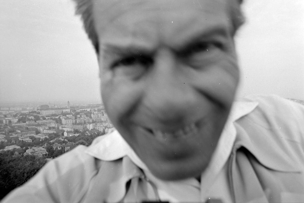 Egy ősrégi szelfi a Kissvábhegyen, háttérben Krisztinaváros és a budai Vár, középen, fenn a Hadtörténeti Múzeum épülete, 1955. A képet Kotnyek Antal csinálta, aki ekkoriban 34 éves volt, diplomáját a Magyar Képzőművészeti Főiskolán szerezte. Szülei nem szerették volna, ha művész lesz, így lett fényképész. 1952 és 1983 között a Film, Színház, Muzsikánál volt fotós, és dolgozott az Ország-Világnál és az Ez a divatnál is. Kotnyek 1956. október 22-én a Zabó család meghívására részt vett egy badacsonyi szüreten, ahol a két nappal később miniszterelnökké kinevezett Nagy Imre is ott volt. A szüretről készült fotókat évtizedekig elásva őrizgette, először 1989-ben publikálta az akkoriban indult Képes 7-ben. Kotnyek egy évvel később halt meg.