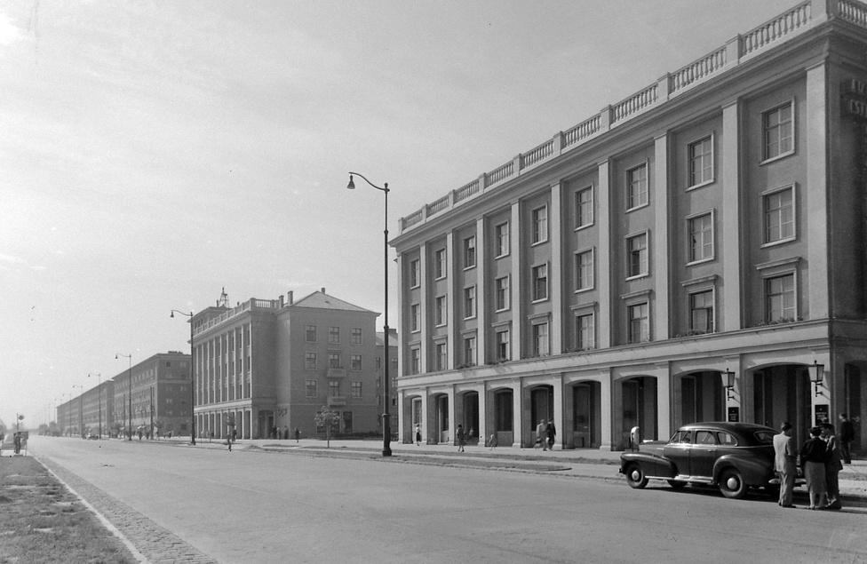 A Vasmű út Sztálinvárosban, 1955. A Magyar Dolgozók Pártja Központi Vezetősége 1949-ben határozta el, hogy a Duna partján megteremti a magyar szocialista nehézipart. Eredetileg Mohács volt kijelölve, de a megromlott magyar-jugoszláv kapcsolatok miatt végül Dunapentelére esett a választás. A vaskohászati kombinát és a hozzátartozó lakótelep a Sztálinváros nevet kapta, 1961-től pedig, a konszolidáció jeleként, Dunaújváros lett. A Sztálin barokk házakkal teli Vasmű út a ma 46 ezres város főutcája.