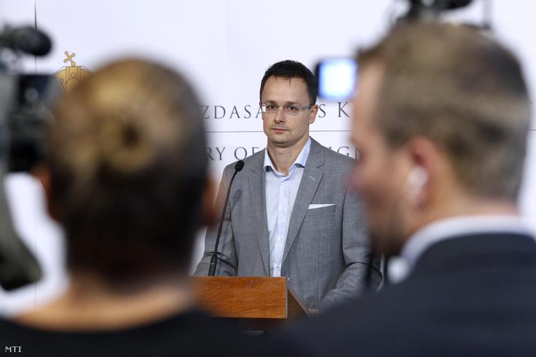 Szijjártó Péter sajtótájékoztatója a botrány kirobbanása után