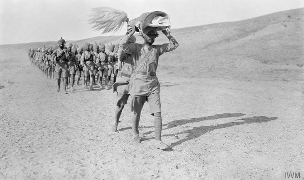 A 45-ös szikh zászlóalj katonái Mezopotámiában, ahogy épp a fény ünnepére, a szikjizmuz egy központi eseményére tartanak. Ez a kép talán az egyik legkiválóbb, mai napig fennmaradt bizonyítéka annak, hogy az indiai egységeknél hivatalosan is szolgált punkahajtó, vagyis olyan ember, akinek a feladata az volt, egy legyezővel tartsa távol a legyeket vallása szent könyvétől.