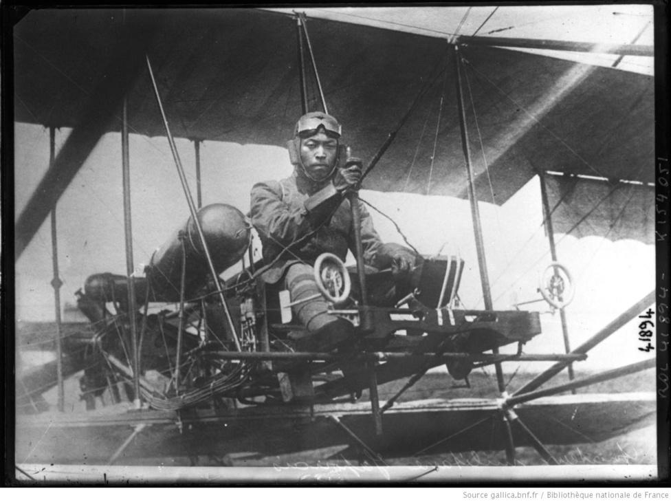 Japán pilóta ül egy ismeretlen típusú gépen. Annak ellenére, hogy a japán megfigyelők hamar felismerték a repülők jelentőségét az európai hadszíntéren, a japán hadsereg csak az első világháború utáni években kezdett fokozottan foglalkozni saját légi erejének kiépítésével. Az első japán vadászszázadokat az Európában felvásárolt hadi feleslegből alakították, így lehetett, hogy Sopwith-eket és Nieuportokat vetettek be az 1920-as szibériai intervencióban a bolsevik Vörös Hadsereg ellen.