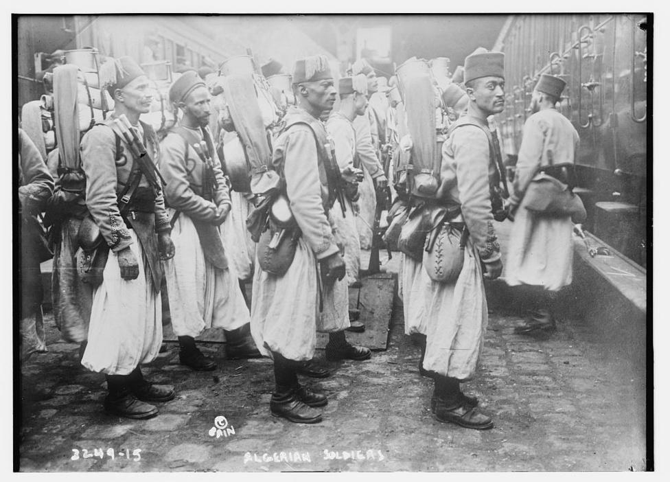 Algériai szpáhik Furnes városában. Az algériai csapatokkal kapcsolatban érdekes, de a fekete-fehér felvételekről nem egyértelmű tény, hogy a háború elején még rikító színű, zöld vagy sárga, tehát a harcmezőn jól látható egyenruhában harcoltak. Aztán alig egy év alatt minden katona új, a khaki valamelyik árnyalatára festett egyenruhát kapott.