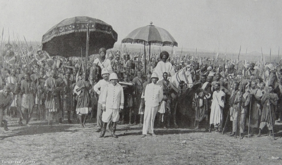 A franciák gyarmatbirodalma 1915-ben Kamerunt is magába foglalta. A képen az látszik, ahogy a francia gyarmat vezetője találkozik a helyi törzsfőnökökkel. Kamerunt 1916-ban, a német megszállók erődjeinek elfoglalása után 20-80 arányú brit-francia gyarmattá osztották fel.