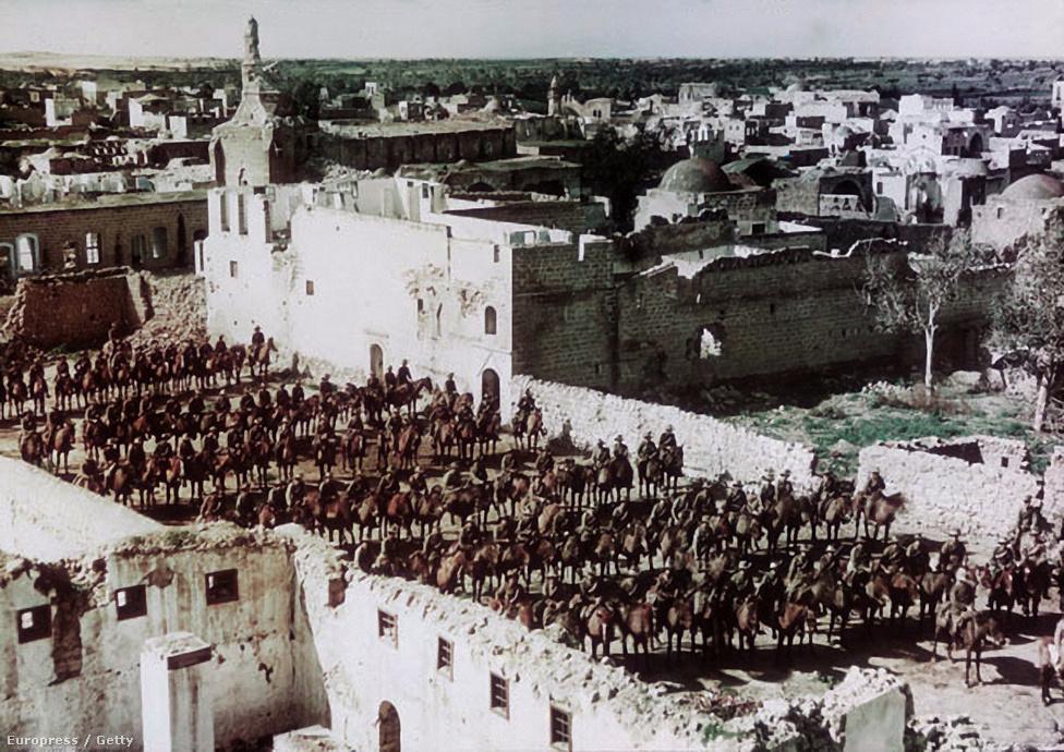 Az ausztrál könnyűlovasság egy százada vonul csatasorban a paleszínai Gázában 1918-ban. A palesztin front a közel-keleti hadszíntér egyik legfontosabb területe volt. Az eredeti támadást a törökök indították, német támogatással akarták megszerezni a Szuezi-csatorna feletti hatalmat. Az 1915-ös támadás lendülete megtört, a csata innentől még három éven át tartott, végül a britek vonultak be győztesen Gázába.