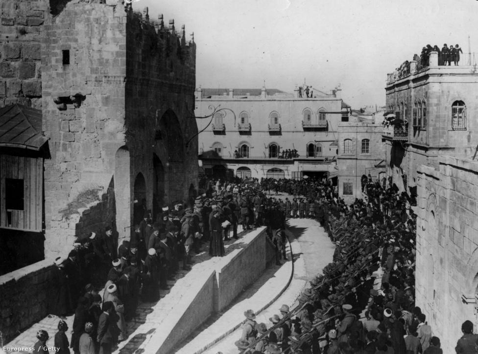 Jeruzsálem üdvözli a brit csapatokat, miután a város védői feladták a harcot. A kép 1917. december 1-én készült. Allenby, a támadók parancsnoka évszázadok óta az első keresztény volt, aki sikerrel foglalta el a várost, Lloyd George brit miniszterelnök ennek jegyében nevezte a győzelmet karácsonyi ajándéknak.
