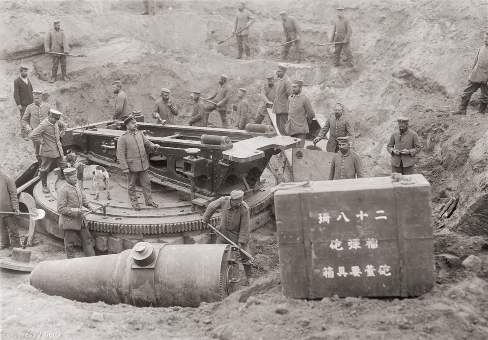 Német katonák ásnak ki egy japán ágyút a keleti fronton, Grodno közelében, valamikor 1915-ben. A löveget a visszavonuló orosz csapatok temették be. A japánok a britekkel közösen léptek be a háborúba, így nem meglepő, hogy több japán hadieszköz került át az orosz csapatokhoz az európai hadszíntérre is.