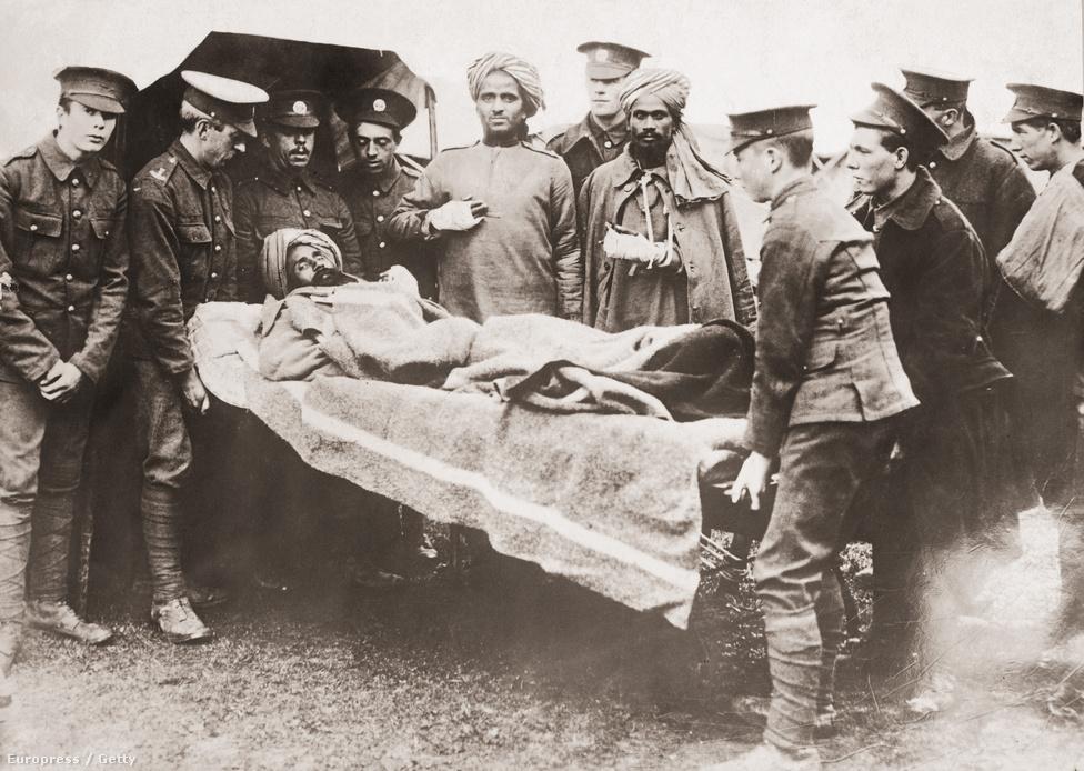 A brit seregben szolgáló, sebesült indiai katonát szállítanak a bajtársai, valamikor 1916-ban. Az első világháborúban a kutatások szerint nagyjából egymillió indiai katona vett részt, közülük egész pontosan 74 187 halt meg vagy tűnt el, és nagyjából 65 ezer sebesült meg az ütközetek során. Az első Viktória-keresztet, a hősiességért adható legmagasabb katonai kitűntetést Khudadad Khan kapta, aki annak ellenére tovább tartott egy géppuskaállást a támadó németek ellen a belga fronton, hogy körülötte minden bajtársa meghalt. Ő maga is súlyos sérülésekkel kúszott vissza a táborba, helytállásával pedig időt nyert az erősítésnek, így a németek nem tudták áttörni a brit-indiai arcvonalat.