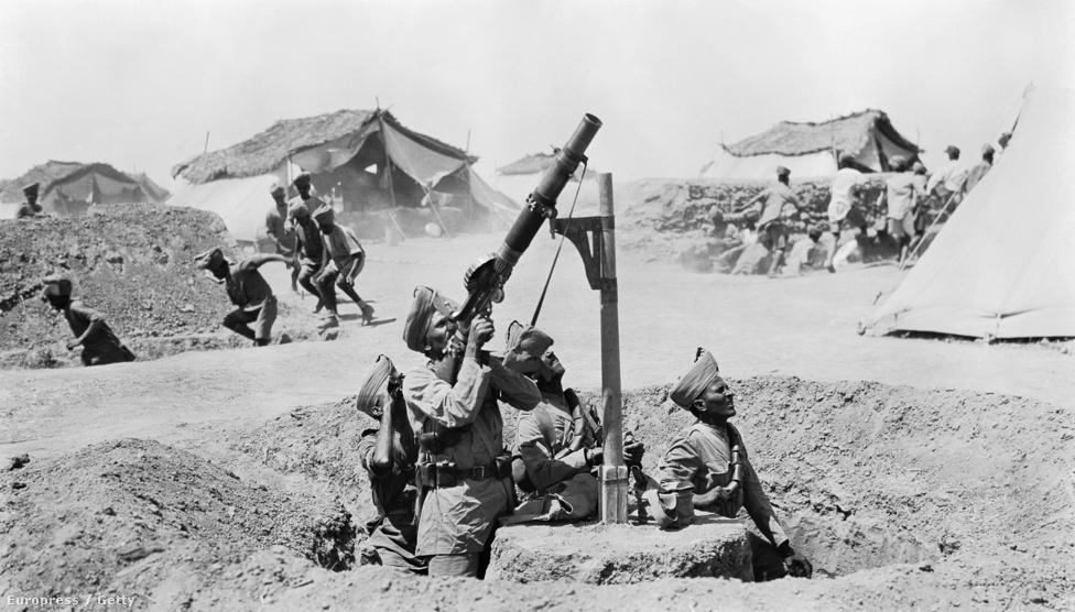 A támadó repülőgép elől fedezékbe spriccelő katonák között csak az indiai légvédelmi géppuskás egység az, aki felveszi a harcot a mezopotámiai hadszíntér egy táborában, valamikor 1918-ban. A Tigristől az Eufráteszig, Bászrától Bagdadig terjedő fronton nagyjából 29 ezer indiai pusztult el az Oszmán Birodalom katonái ellen folytatott harcban. A képen látható Lewis géppuska olyan jól sikerült és népszerű konstrukció volt, hogy bizonyos egységek még a koreai háborúban is használták. Az eredetileg amerikai fejlesztésű fegyver főleg a brit hadseregnél terjedt el, de a német csapatokat is kiképezték a használatára, hogy ha zsákmányolnak egyet, tudják kezelni.
