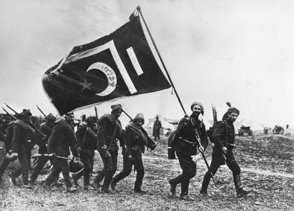 Török egység menetel a zászlóvivő után valamikor 1917-ben. Az Oszmán Birodalom Németország és az Osztrák-Magyar Monarchia szövetségeseként a vesztes oldalon harcolt. Az elvesztett háború után brit és görög egységek vonultak be az ország bizonyos területeire, és csak az 1919-től 1923-ig tartó török függetlenségi háború sikere után tudták kikiáltani az önálló török köztársaságot, Musztafa Kemál vezetésével.