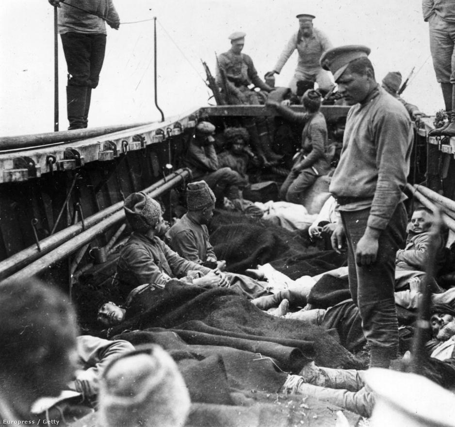 Trabzon eleste: az 1916. április 17-án készült képen török katonákat és menekülteket látnak el egy orosz hajón, miután az orosz hadsereg a kaukázusi front egyik legfontosabb csatájában elfoglalta a fekete-tengeri várost. Trabzon már az i. e. 8. században is lakott volt, az első világháborúban bevonuló orosz csapatok erre tekintet nélkül okoztak komoly károkat az építményekben. A muszlim vallást betiltották, a török nemzetiségű lakosokat elüldözték. Azt mikor Oroszország 1917-ben kilépett a háborúból, az orosz csapatok is kivonultak Trabzonból.