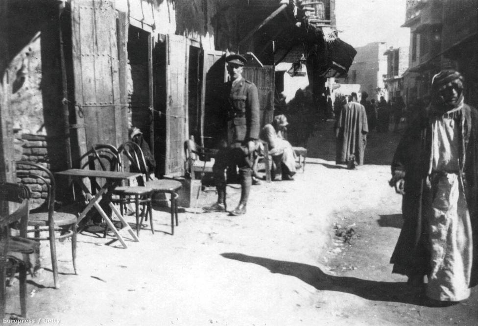 Életkép a bagdadi bazárból, 1918-ból. Mezopotámia korábban az Oszmán Birodalom fennhatósága alá tartozott, a háború végére a britek vették át az irányítást. Irak, ahogy ma ismerjük, csak 1921-ben jött létre.