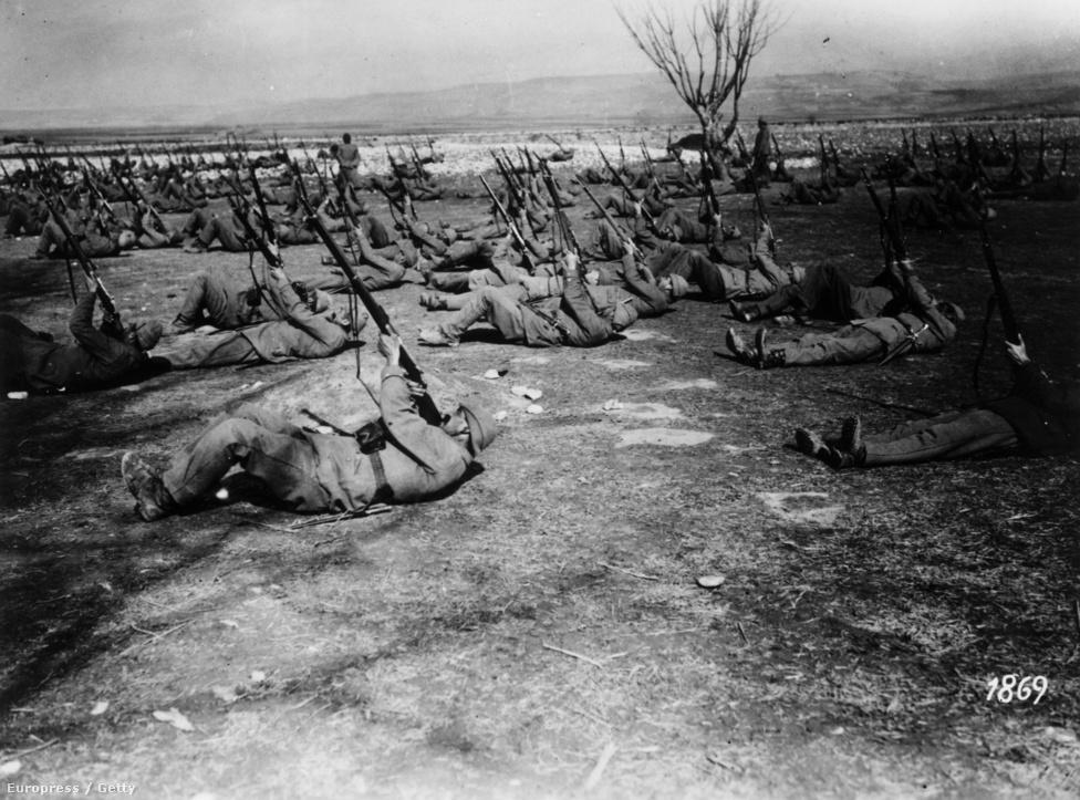 Légvédelmi képzés a török hadseregben. Mivel a korabeli repülők szinte teljesen nélkülözték a páncélzatot, és sokszor igen alacsonyan repültek, eredményes módszer lehetett, ha a földön lévő katonák megeresztenek egy-egy felhőnyi puskagolyót