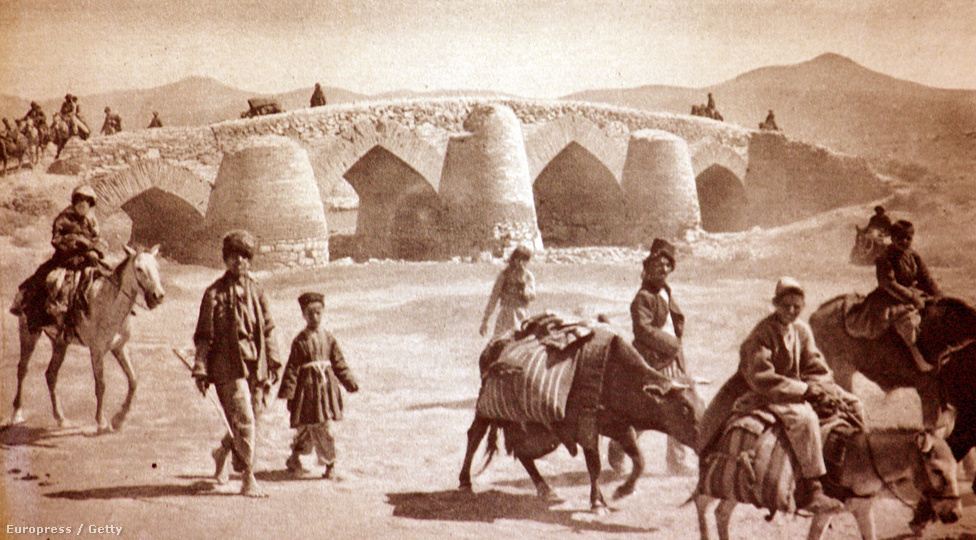 A Mezopotámiából Baku felé haladó brit hadsereg alakulatai kelnek át egy Kangavarhoz közeli ősi kőhídon, Iránban. Irán annak ellenére lett komoly ütközőzónája a brit, orosz és török csapatoknak, hogy a háború elején bejelentette függetlenségét a harcoktól. Német kémek próbálták az ország déli törzseit fellázítani a britek ellen, a britek erre hadsereget alapítottak. Az országban folyó harcok és az első világháború pusztítása tették lehetővé, hogy Reza Pahlavi katonai puccsal döntse meg az addig uralkodó Kádzsár-dinasztia hatalmát 1925-ben.