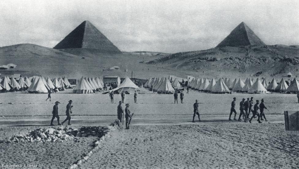 Ausztrál egységek állomásoznak az egyiptomi piramisok lábánál a The Illustrated War News (Képes Háborús Hírek) 1915-ös kiadványában. Az ausztrálok hatalmas lelkesedéssel vetették bele magukat a világháborúba, még azelőtt támogatásukról biztosították a briteket, hogy azok hadat üzentek volna a németeknek. Az első világháború hadszínterein összesen 60 ezer ausztrál halt meg, ezek nagy része az észak-afrikai fronton és a Gallipolinál zajlott ütközetben.